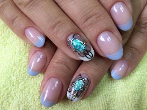 Фото с дизайном камней на ногтях
