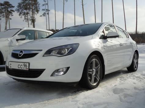 Продаётся автомобиль Opel Astra J 2011 год, фотография 3