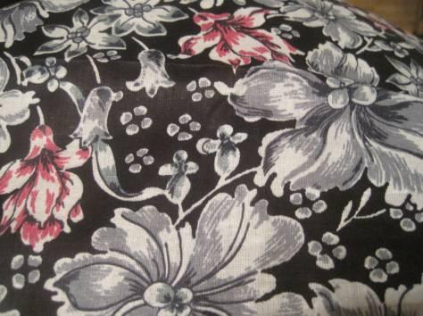 Отрез ткани серые и розовые цветы на чёрном фоне   80 см на  400 см, фотография 1