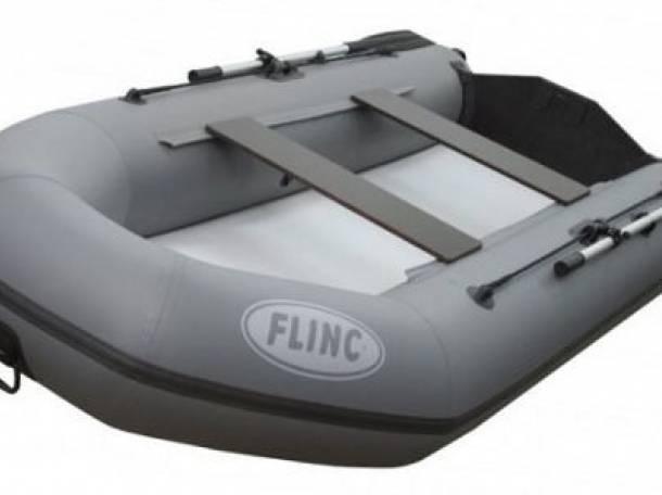 надувные лодки в луге на