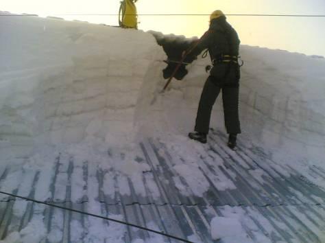 Сброс снега с крыш. Чистка от сосулек и наледи, фотография 1